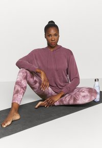 Free People - GOOD KARMA TIE DYE LEGGING - Legging - wine - 1