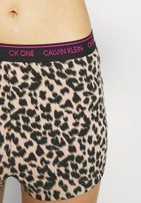 Calvin Klein Underwear - ONE GLISTEN SLEEP SHORT HOT PANTS - Pyjamahousut/-shortsit - honey almond - 5