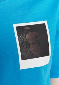 Lacoste - LACOSTE X POLAROID  - Print T-shirt - fiji - 4