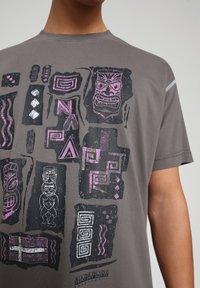 Napapijri - S-KEE - T-shirt med print - grey gargoyle - 4