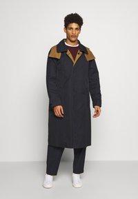 Gloverall - REVERSABLE OVERCOAT - Zimní kabát - navy - 0