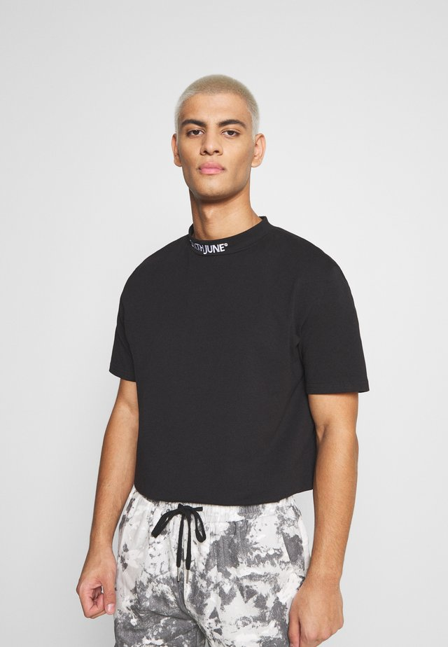 HIGH NECK TEE - T-shirt z nadrukiem - black