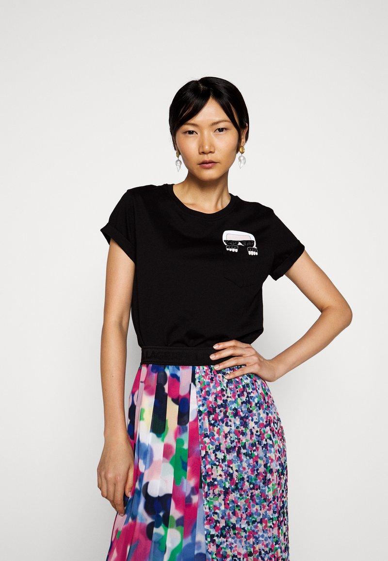 KARL LAGERFELD - IKONIK POCKET - T-shirt z nadrukiem - black