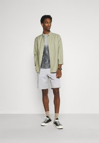 GAP - IN SOLID - Shorts - antique pewter - 1