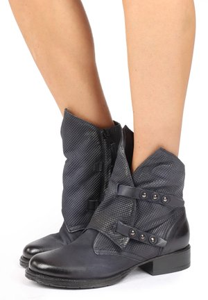 Cowboy/biker ankle boot - space