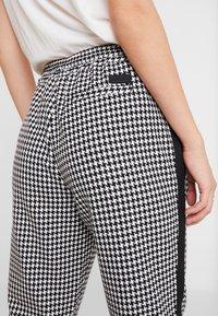 Marc O'Polo DENIM - PANTS PEPITA SHOELACE - Pantalon classique - black/white - 4