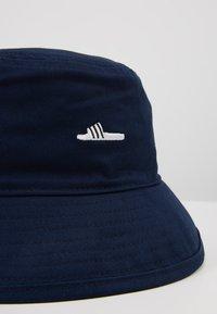 adidas Originals - ADILETTE BUCKET - Hat - collegiate navy/white - 6