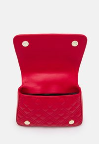 Love Moschino - TOP HANDLE QUILTED CROSS BODY - Handbag - rosso - 3
