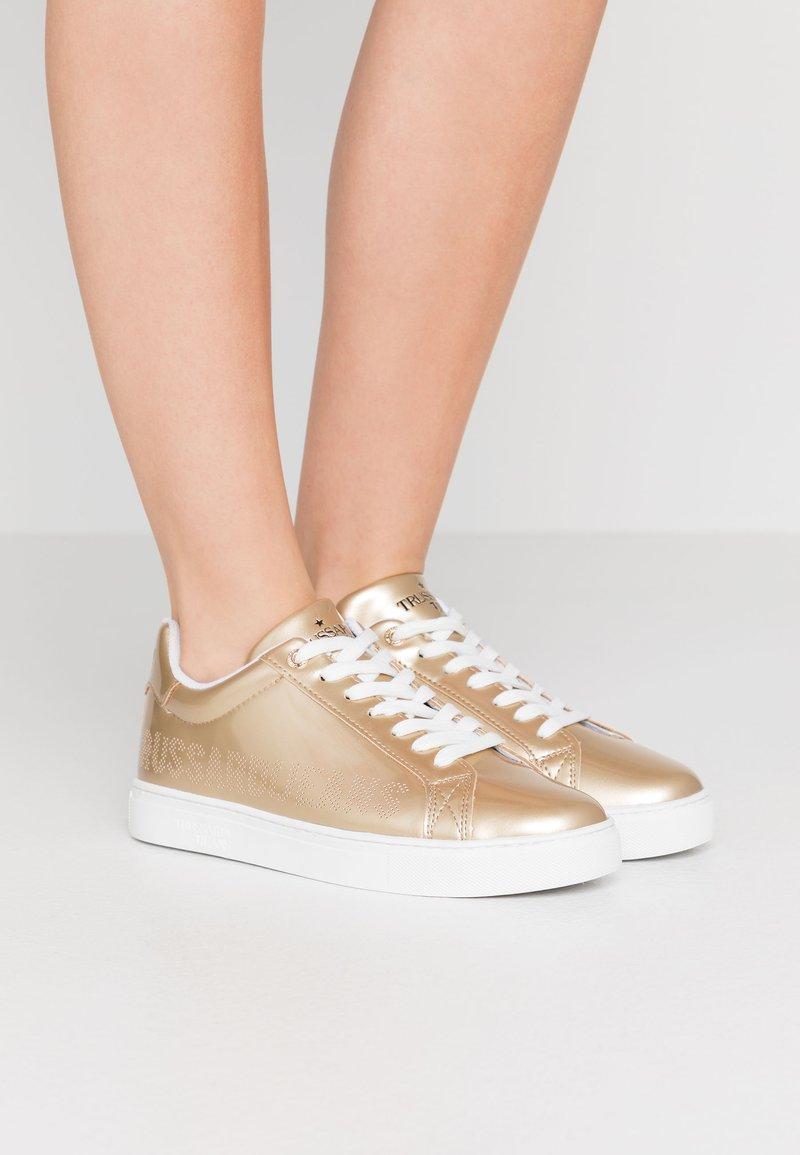 Trussardi Jeans - Matalavartiset tennarit - gold