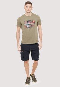 Napapijri - SEY - Print T-shirt - khaki - 1