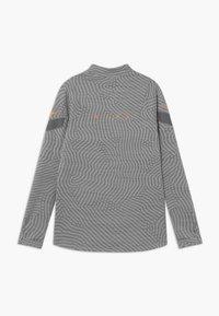 Nike Performance - DRY STRIKE - Funkční triko - smoke grey/heather/total orange - 1