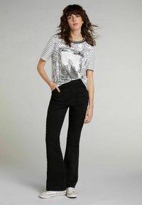 Oui - Print T-shirt - black offwhite - 1