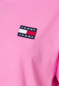 Tommy Jeans - BADGE TEE - Jednoduché triko - pink daisy - 6