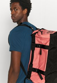 The North Face - BASE CAMP DUFFEL  S UNISEX - Holdall - faded rose/black - 1
