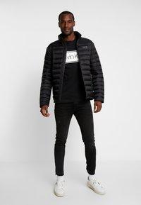 Calvin Klein - FRONT STRIPE LOGO - T-Shirt print - black - 1