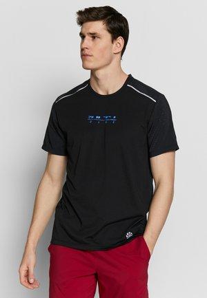 RISE HYBRID - Print T-shirt - black