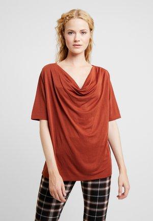BYPOMMA - Print T-shirt - dark copper