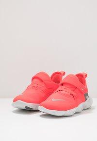 Nike Performance - FREE RN 5.0 - Laufschuh Natural running - laser crimson/light smoke grey/smoke grey/photon dust - 3