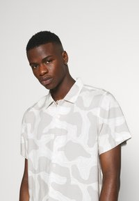 Weekday - COFFEE TOPOGRAPHIC - Camisa - beige - 3