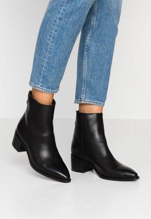 VMREGINA BOOT - Kotníkové boty - black