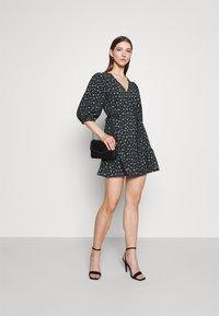 EDITED - GEMMA DRESS - Vestido informal - schwarz/blau/mischfarben - 1