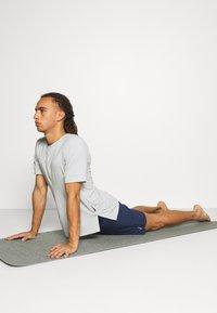 Nike Performance - ACTIVE YOGA - Träningsshorts - midnight navy/gray - 3