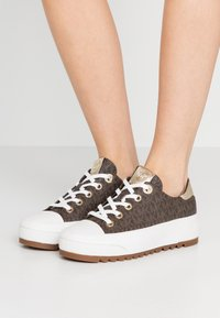MICHAEL Michael Kors - KEEGAN LACE UP - Sneakersy niskie - brown - 0