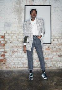 adidas Originals - MAGMUR RUNNER - Sneakersy niskie - core black/footwear white/frozen mint - 3
