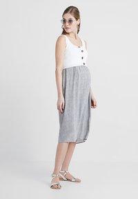 Seraphine - BRISTOL BUTTON DETAIL NURSING DRESS 2-IN-1 - Strikket kjole - white/sand - 1