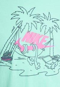 Nike Sportswear - TEE FUTURA TREE - T-shirt med print - tropical twist - 5