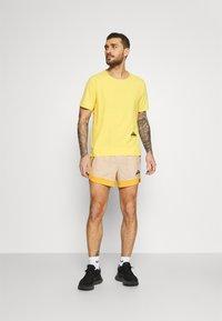 Nike Performance - TRAIL - Pantalón corto de deporte - solar flare/beach/black - 1