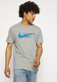Nike Sportswear - COURT TEE - T-shirt med print - grey heather - 0