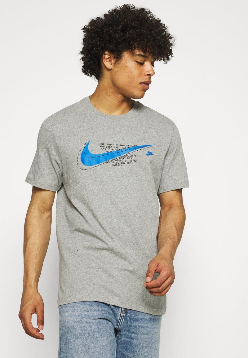 Nike Sportswear - COURT TEE - T-shirt med print - grey heather