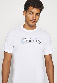 Nike Performance - TEE TRAINING - T-shirt med print - white - 3