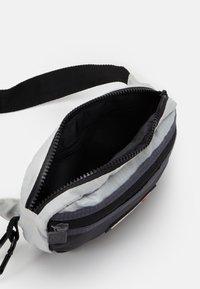Ellesse - VAVARO BUM BAG UNISEX - Ledvinka - black/light grey - 2