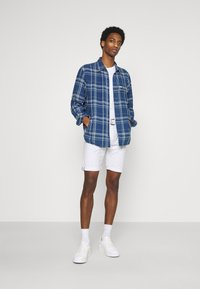 INDICODE JEANS - KAISER CHINO EXCLUSIV - Shorts - offwhite - 1