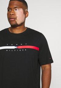Tommy Hilfiger - GLOBAL STRIPE CHEST TEE - T-shirt med print - black - 4