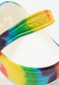 Crocs - CLASSIC TIE DYE GRAPHIC UNISEX - Zuecos - multicolor - 5