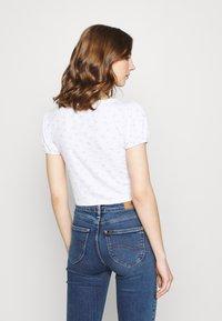 Cotton On - ANNABELLE SHORT SLEEVE - Camiseta estampada - tulip disty blue/white - 2