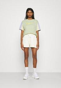 Nike Sportswear - T-shirt imprimé - olive aura - 1