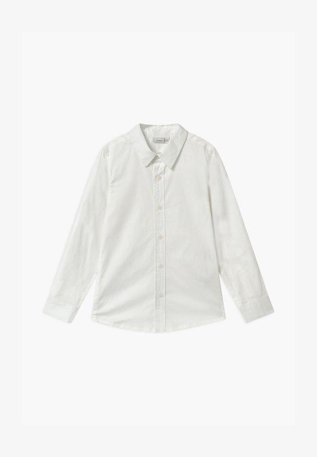 NKMFRED SLIM NOOS - Vapaa-ajan kauluspaita - bright white