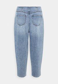 Vero Moda Curve - VMIDA BARREL CUTLINE - Relaxed fit jeans - light blue denim - 7