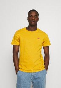Levi's® - ORIGINAL TEE - T-shirt - bas - cool yellow - 0