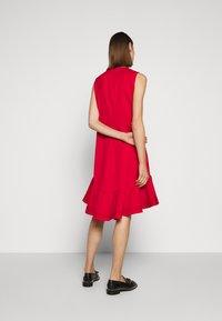 Victoria Victoria Beckham - PINTUCK FLOUNCE HEM SHIFT DRESS - Denní šaty - postbox red - 2