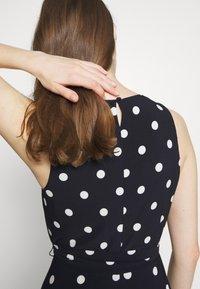 Lauren Ralph Lauren - PRINTED MATTE DRESS - Žerzejové šaty - navy - 6