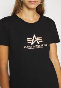 Alpha Industries - NEW FOIL PRINT - Print T-shirt - black/gold - 5