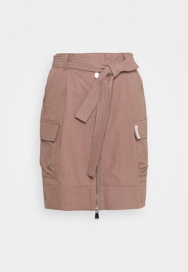 BROOKE SHORT SKIRT - Pouzdrová sukně - brownie