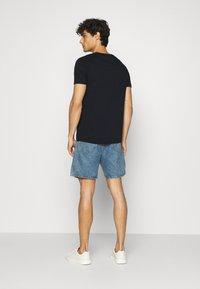 Tommy Hilfiger - CORP FLAG LINES TEE - T-shirt z nadrukiem - blue - 2