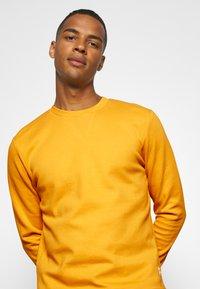 Jack & Jones - JJEBASIC CREW NECK - Felpa - golden orange - 3