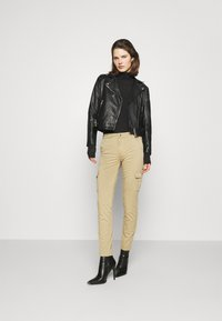 Guess - SEXY CARGO PANT - Cargo trousers - toasted taupe - 1